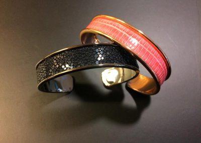 Bracelet manchette lézard rose galuchat noir