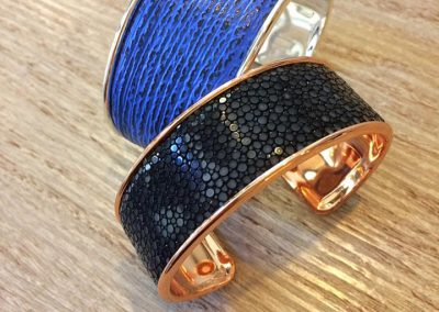 Bracelet manchette requin bleu galuchat noir