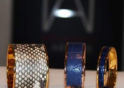 Bracelets peaux précieuses assortis aux bagues