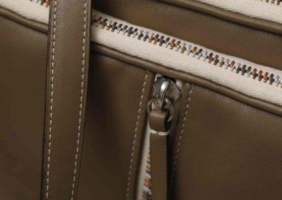 Pochette 3 poches à bandoulière  Systeme à glissière piano Veau lisse doublé agneau bronze